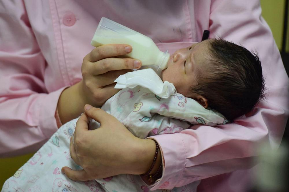 Nhân viên y tế chăm sóc một trẻ sơ sinh tại bệnh viện thành phố Phụ Dương tỉnh An Huy. Dân số Trung Quốc được dự báo sẽ giảm mạnh trong những năm sắp tới - Ảnh: AFP/Getty Images