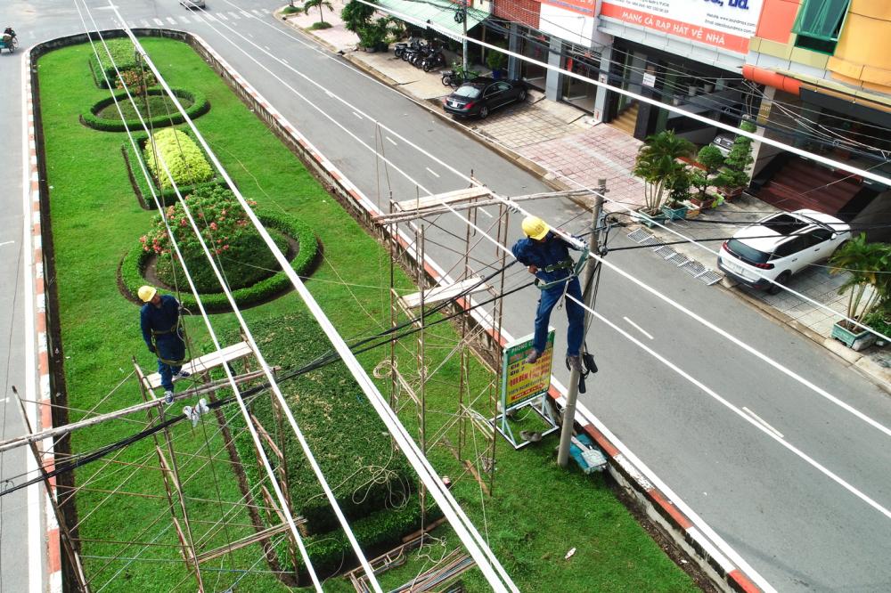 Công nhân đang thi công đường dây 110kV Phú Lâm - Bình Phú đoạn qua tuyến đường Song hành, Q.6