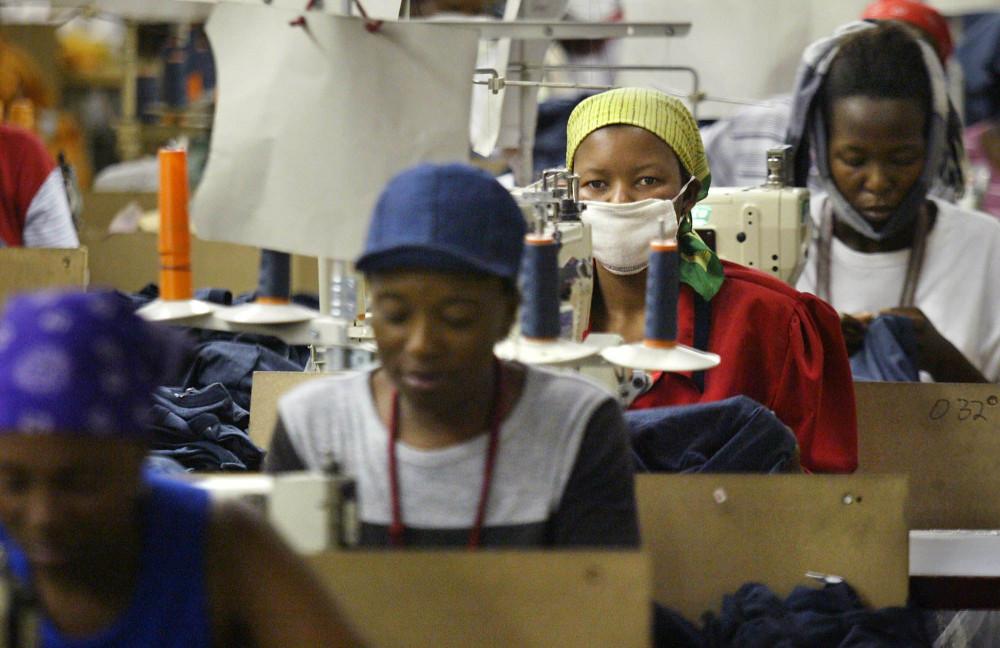 Công nhân nữ bên trong 1 xưởng may tại Lesotho, quốc gia nổi tiếng với những công xưởng sản xuất mặt hàng thời trang jeans quy mô. (Ảnh: AP)