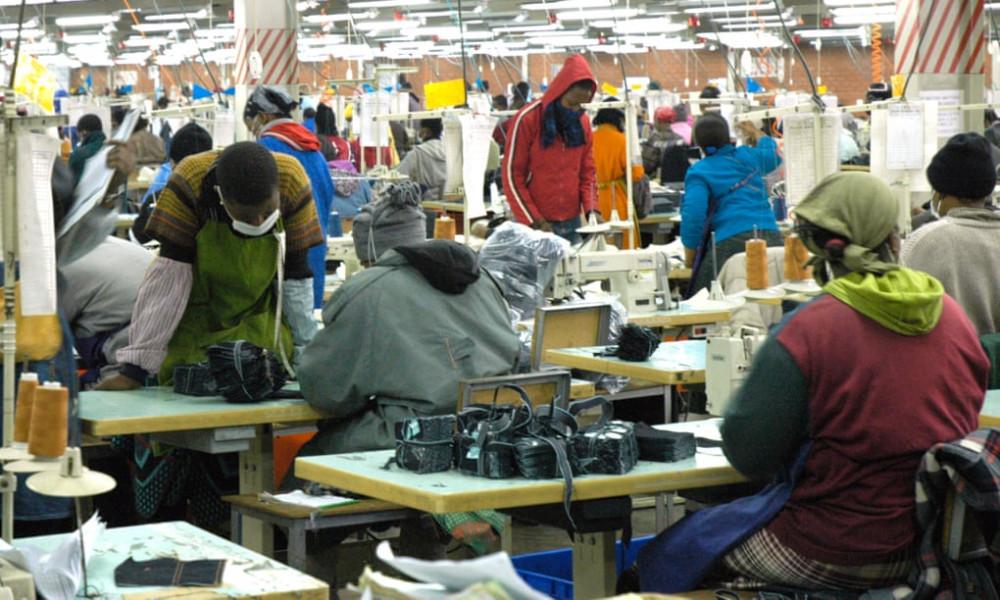 Nhiều nữ công nhân may tại Lesotho phải đối mặt thường trực sức ép kinh tế, tư duy kỳ thị và xâm hại nhân quyền. (Ảnh: Alamy Stock)
