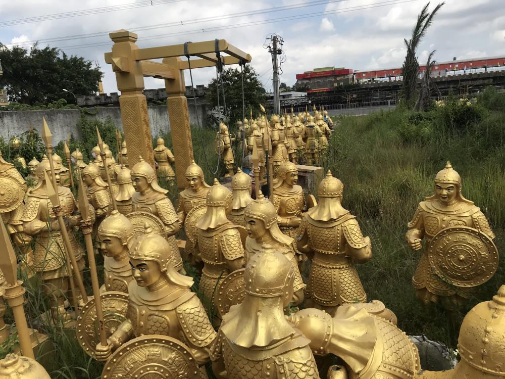 Hàng trăm bức tượng được bỏ tại bãi phế liệu trong khu du lịch