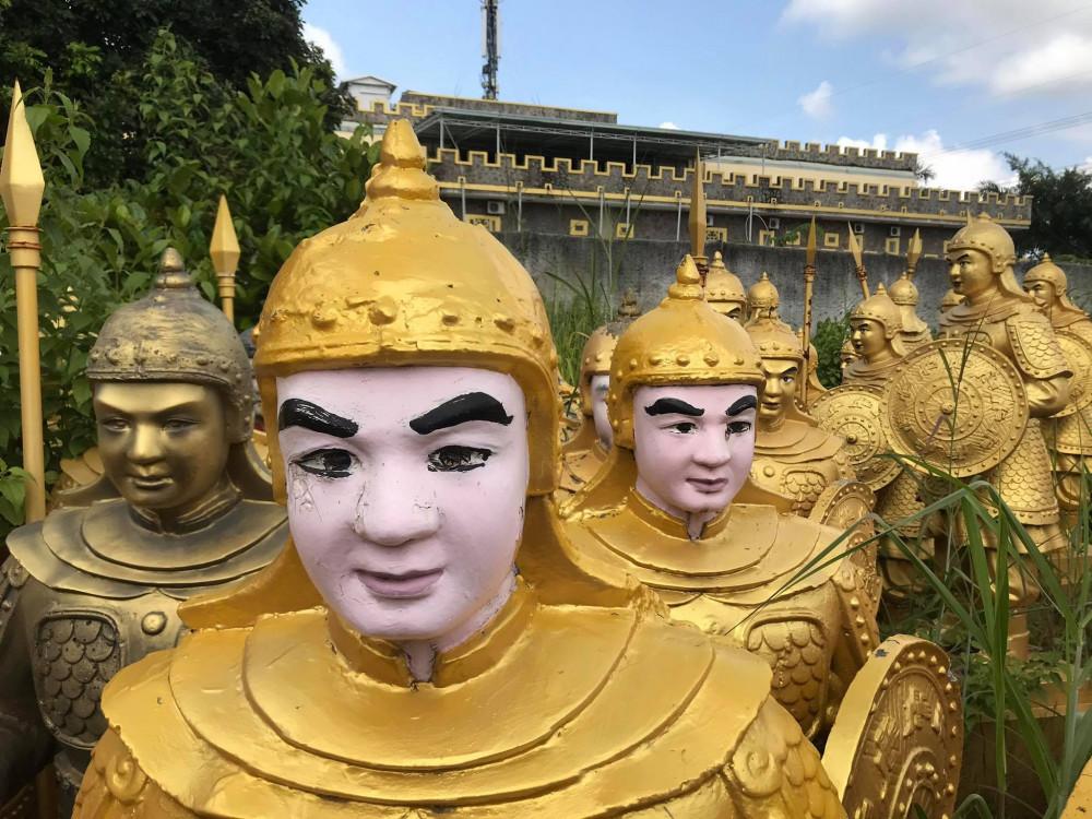 Sau khi đăng tải lên mạng xã hội, nhiều người cho rằng những bức tượng này giống lính Trung Quốc