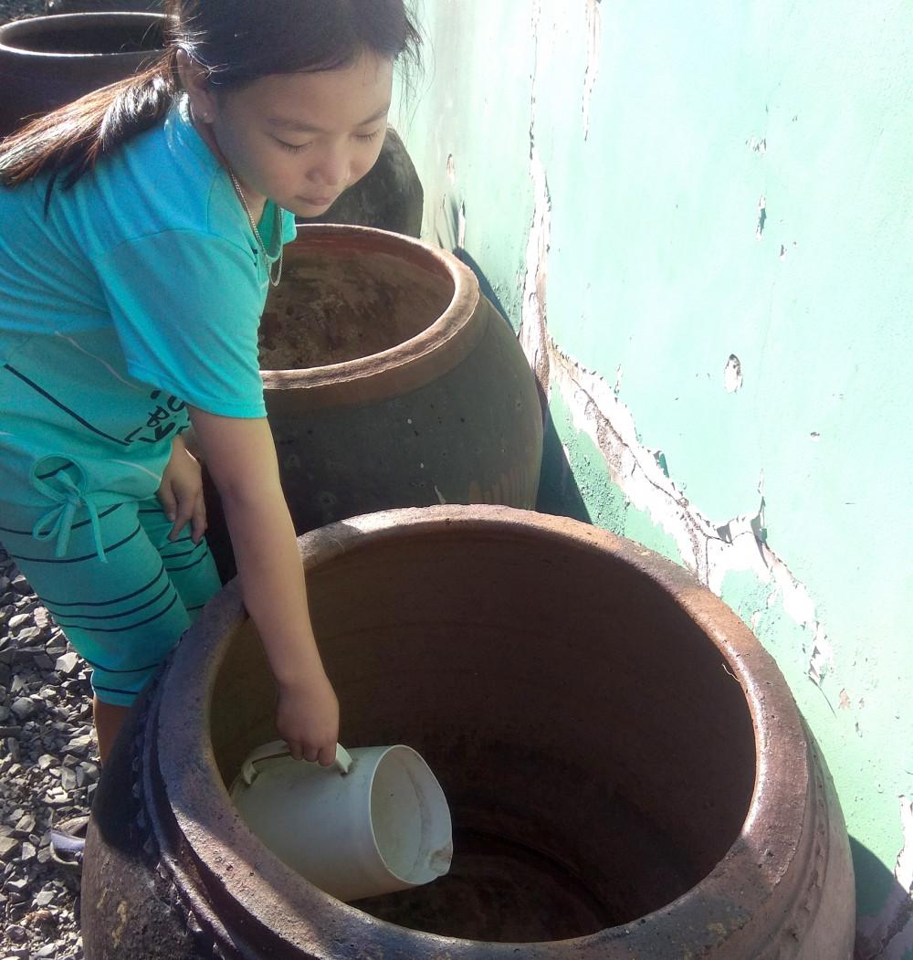 Bồn chứa nước ở ấp Doi Lầu trơ đáy gần hai tháng nay - Ảnh: CTV