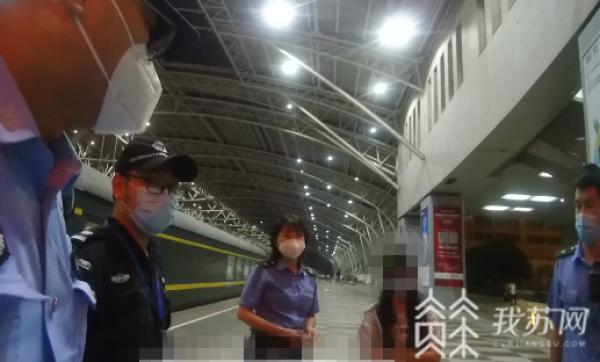 Cảnh sát Nam Kinh phát hiện Zhang trên tàu và thuyết phục cô bé xuống tàu