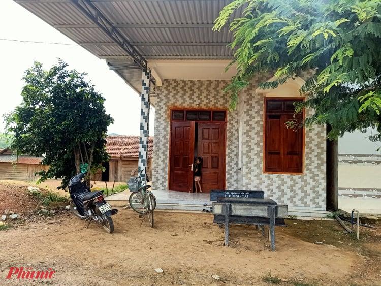 Nhà ông Ngân Văn Chia - Phó trưởng thôn 6B, xã Cư Elang, huyện Ea Kar được xây dựng giá hàng trăm triệu đồng; nhưng ông Chia vẫn được tính là hộ cận nghèo, vẫn được nhận tiền hỗ trợ của Chính phủ