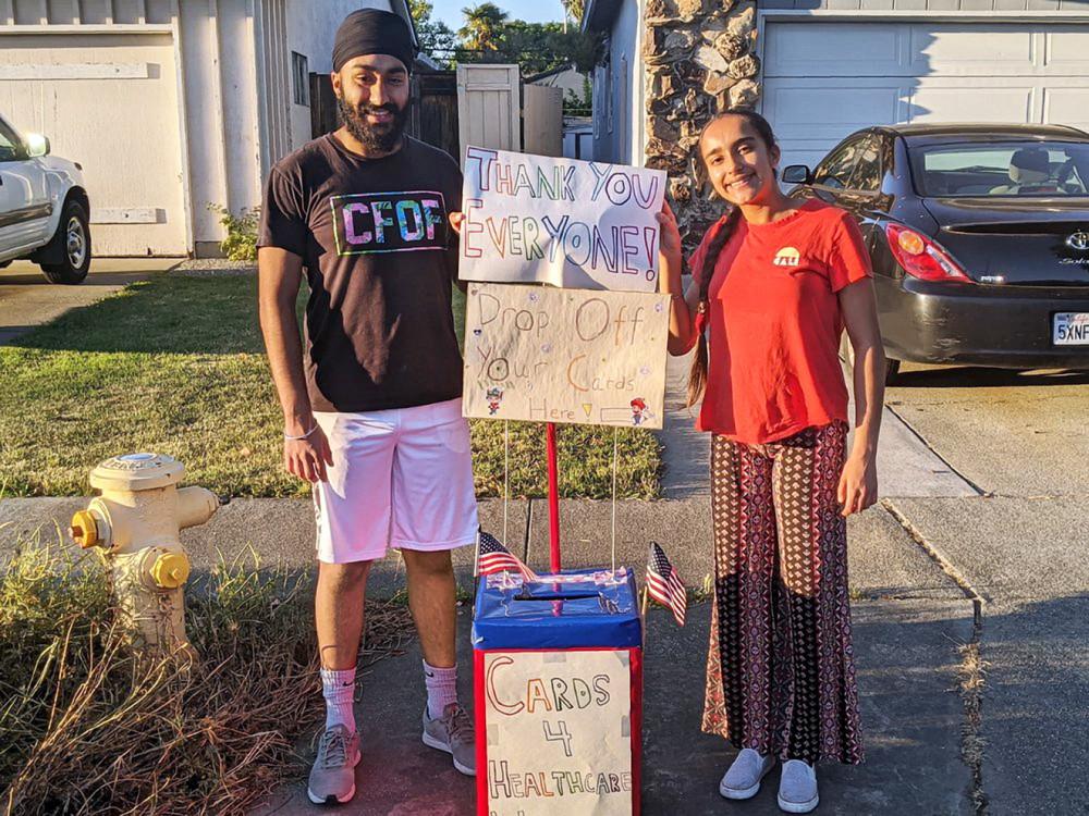 Mantej (17 tuổi - trái) và Prabhleen (15 tuổi) đã tiếp nhận, gửi đi hơn 250 tấm thiệp cảm ơn cho nhân viên y tế ở California và Arizona - Ảnh: AP