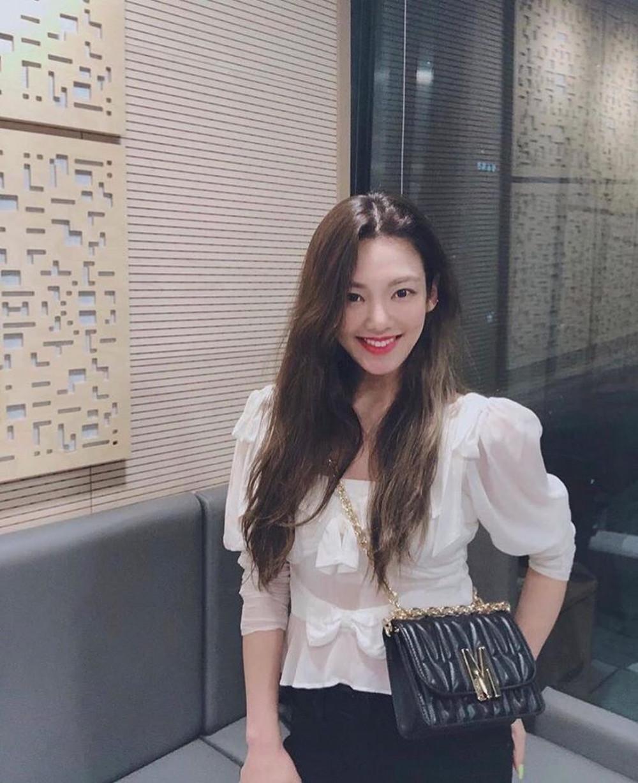 Áo kiểu trắng là một trong những item luôn có mặt trong tủ đồ của phái đẹp. Để tạo vẻ ngoài nữ tính, điệu đà Hyoyeon (SNSD) tin dùng áo trắng mỏng ruy băng dễ thương kết hợp quần đen khá đơn giản và gọn gàng, phù hợp cho buổi hẹn hò hoặc đi làm.