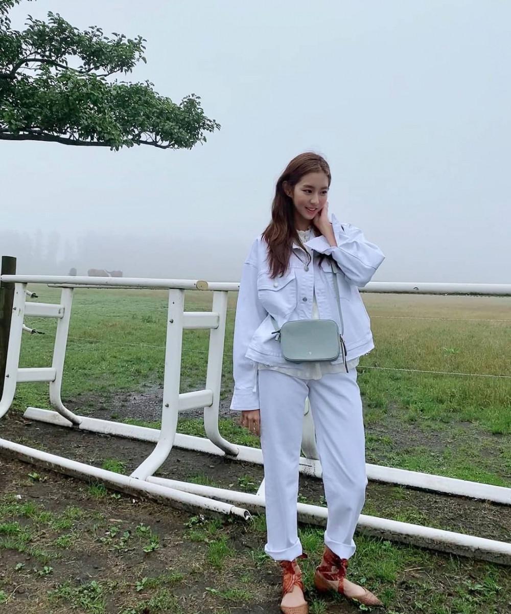 White-on-white (trang phục trắng toàn tập) là một xu hướng thời trang thanh lịch và hiện đại, được phái đẹp yêu thích trong vài năm trở lại đây nhưng nếu bạn không cẩn trọng trong việc mix&match rất dễ khiến người đối diện cảm thấy khó chịu. Phái đẹp có thể thử kết hợp quần tây với áo kiểu xinh xắn, khoác bên ngoài là chiếc áo khoác oversize bụi bặm, năng động.
