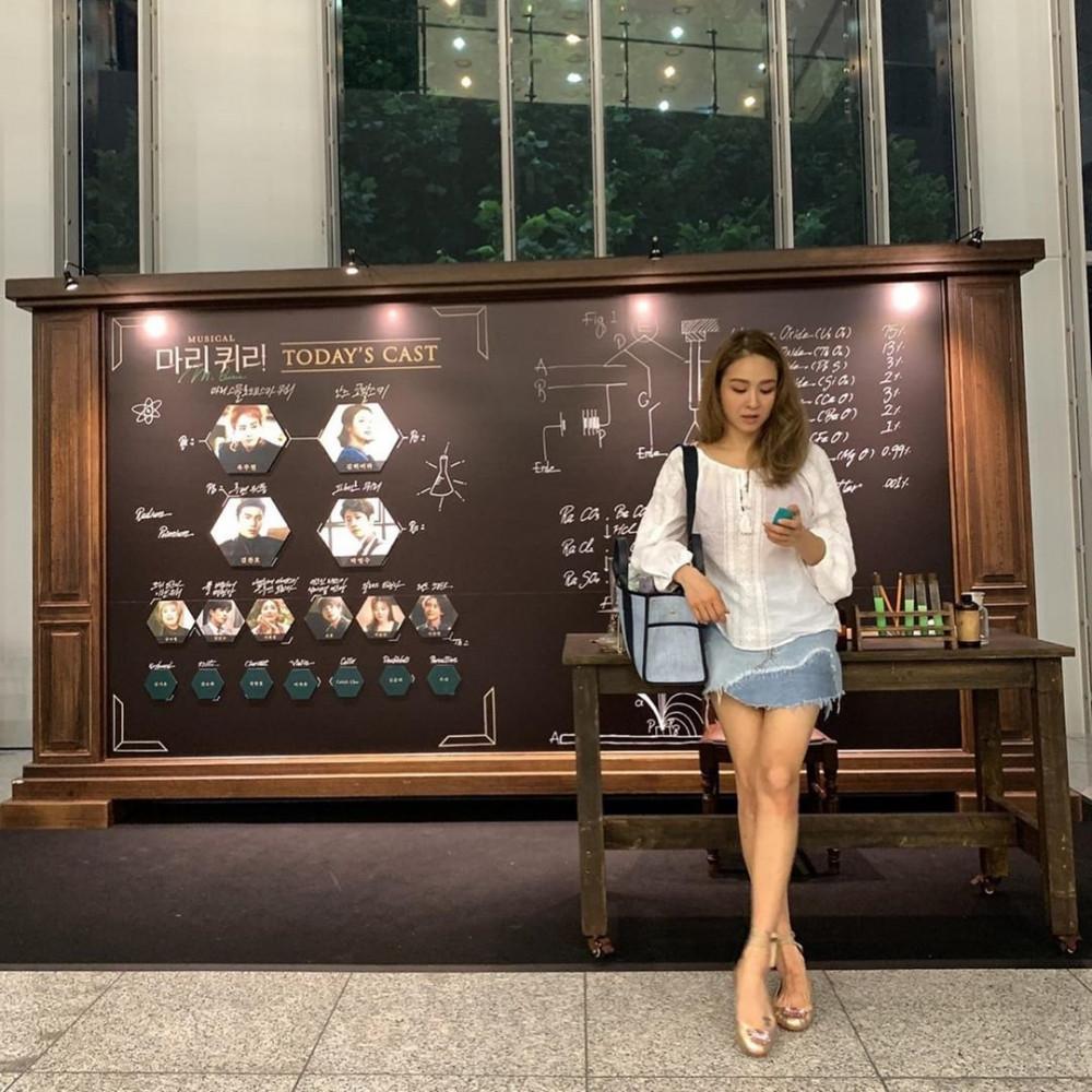 Chân dài xinh đẹp Ok Joo-hyun diện váy mini và áo kiểu trắng có hàng ruy băng trước ngực hài hòa tăng sự quyến rũ. Đối với những cô nàng bánh bèo, combo này vô cùng phù hợp, vừa giúp tôn lên nét nữ tính, duyên dáng, vừa giúp bạn trông trẻ trung, xinh xắn vô cùng đáng yêu.