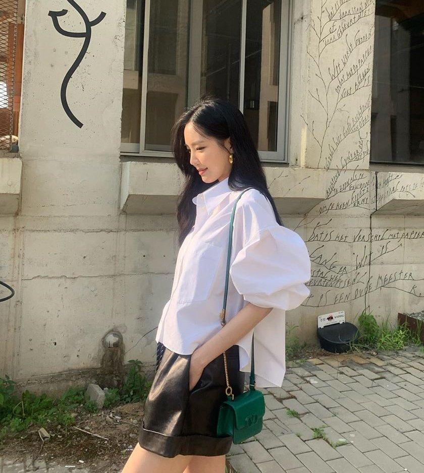Son Naeun phá cách một chút khi phối áo kiểu tay phồng có kết cấu đặc biệt với chiếc quần đen có chất liệu da sang trọng. Set đồ này gây ấn tượng nhờ thiết kế và chất liệu độc đáo.