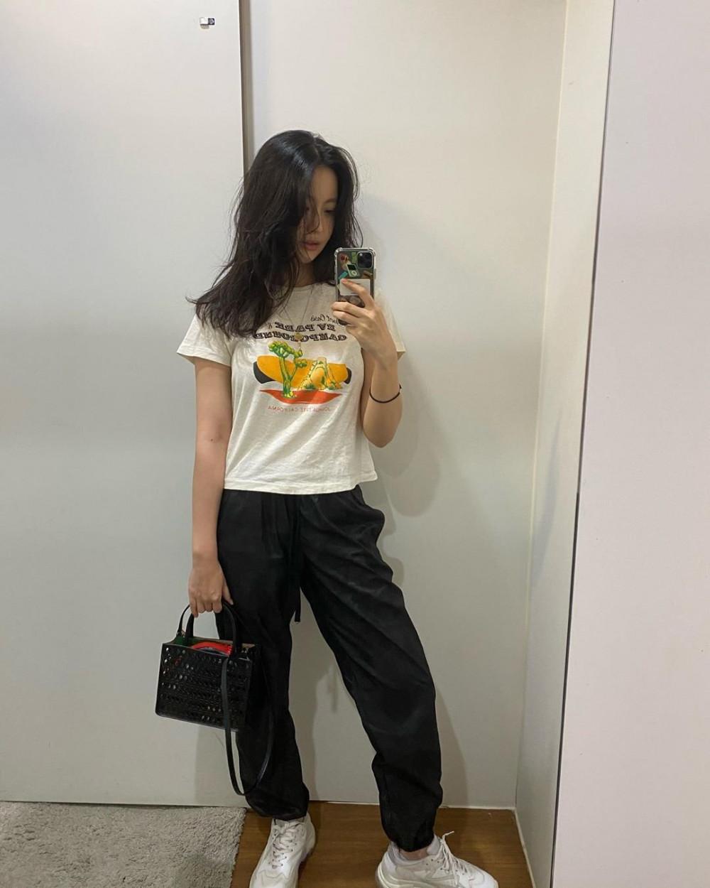 Sự kết hợp đen trắng chưa bao giờ khiến phái đẹp thất vọng. Phong cách thời trang phóng khoáng của Oh Yeon-seo, phối áo phông trắng cổ điển có in hoạt tiết và quần jogger đen cùng đôi giày thể thao trắng giúp cô chẳng khác nào gái đôi mươi dù đã bước qua tuổi 33.