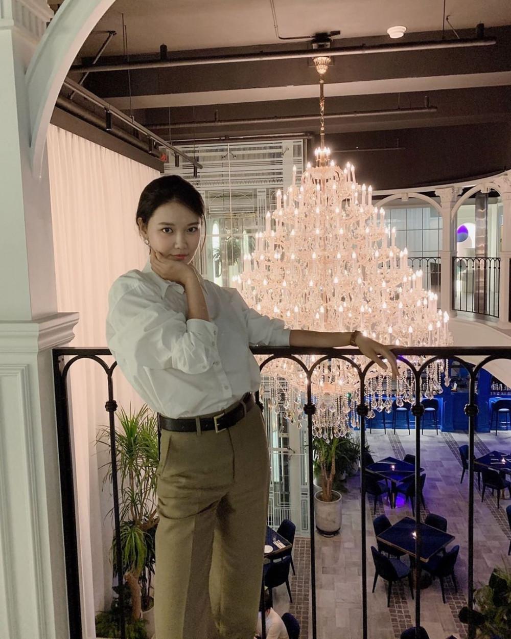 Không chọn màu đen, Sooyoung sử dụng chiếc quần ống đứng màu be phối với áo sơ mi trắng tạo nên vẻ ngoài nhẹ nhàng và nữ tính. Bên cạnh đó, nữ diễn viên không quên kết hợp thắt lưng, dây chuyền và đồng hồ ton-sur-ton.