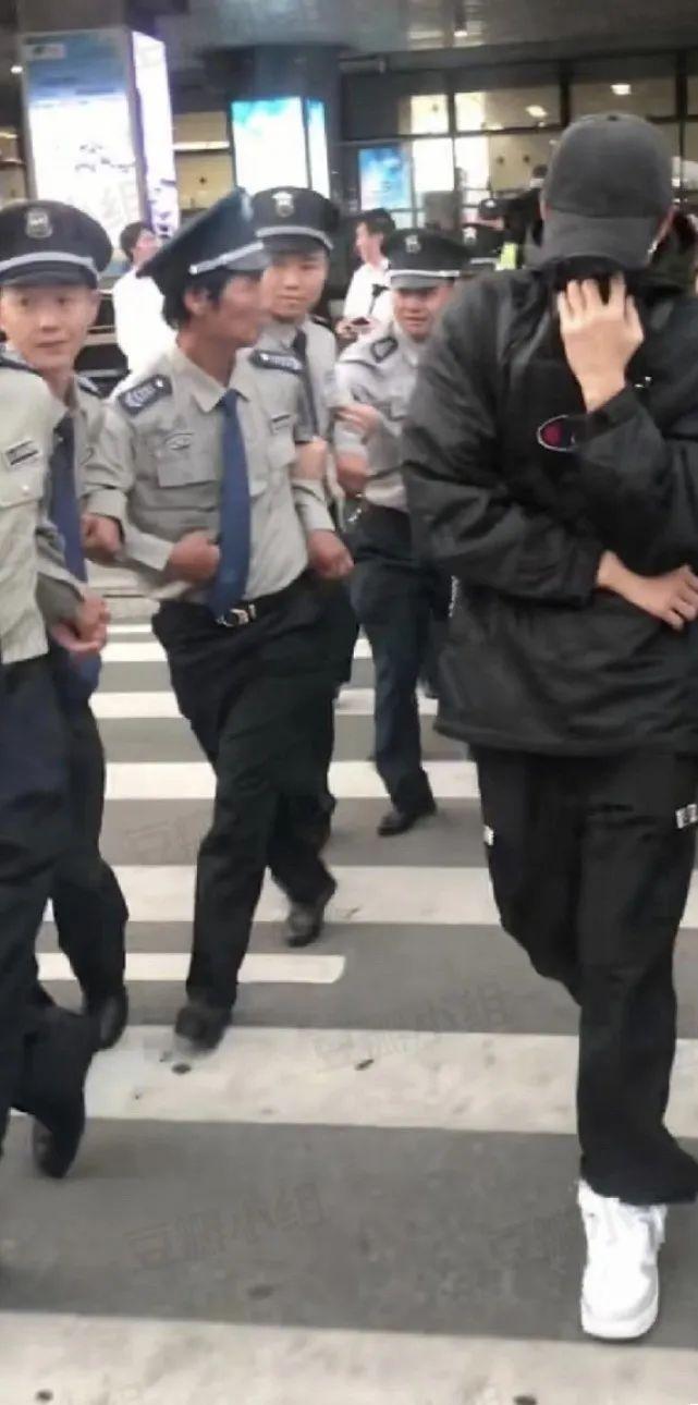 Trương Minh Ân gây chú ý ở sân bay khi mặc đồ kín mít, thuê đội bảo vệ lên đến chục người