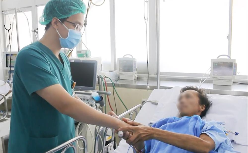Anh T. bắt tay cám ơn bác sĩ Hưng khi tỉnh dậy, ảnh cắt từ clip