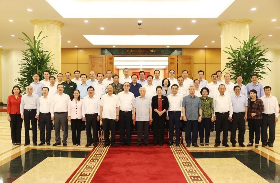 Tổng Bí thư, Chủ tịch nước Nguyễn Phú Trọng và các Ủy viên Bộ Chính trị chụp ảnh chung với Ban Thường vụ Thành ủy TPHCM