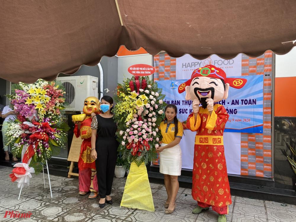 Hội LHPN quận Tân Phú tặng hoa chúc mừng khai trương điểm bán thực phẩm sạch