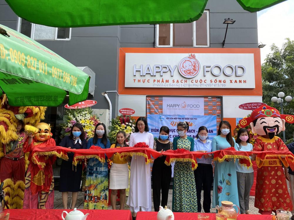 Hội LHPN quận cùng Doanh nghiệp Happy Food cắt băng khai trương cửa hàng