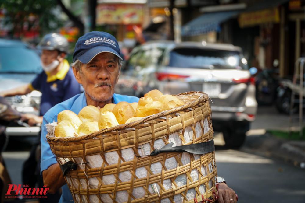 Những người bán hàng nhỏ lẽ cũng tranh thủ cùng cần xé bánh mì của mình chào mời khách