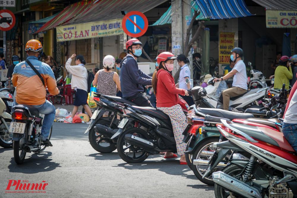 Số lượng người mua quá lớn, xe máy phải đậu tràn ra đường, điều nay vô tình làm mất an ninh trật tự cả tuyến phố