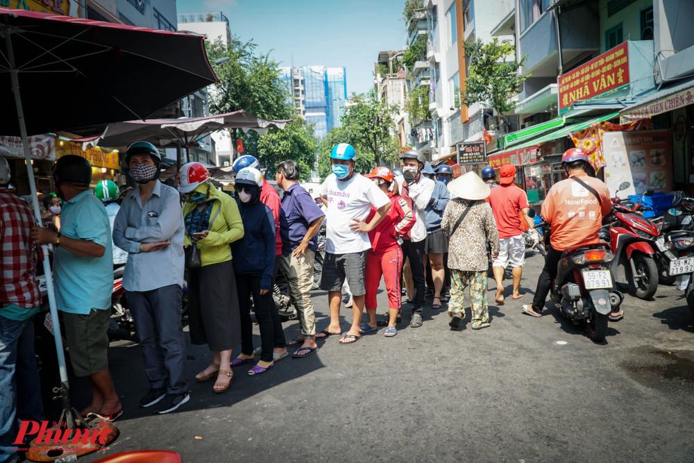 Người dân xếp hàng chờ mua vịt quay chắn hết lối đi