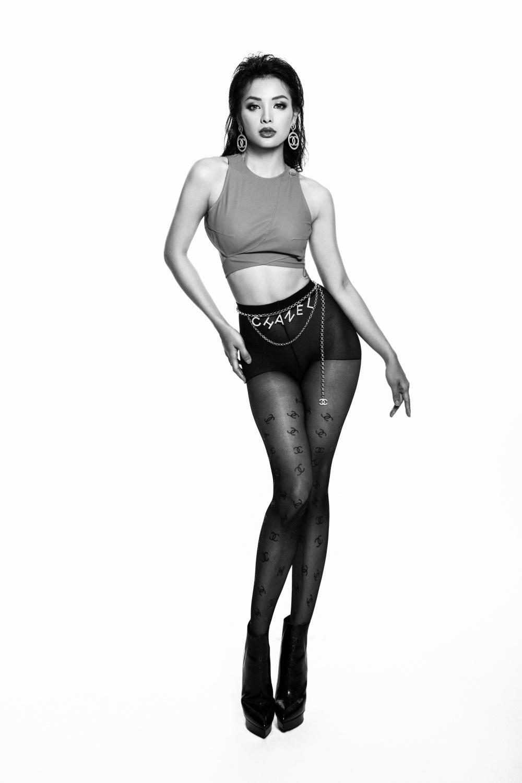 Gần đây, nữ diễn viên - ca sĩ khiến không ít người ngạc nhiên với hình thể không một góc chết