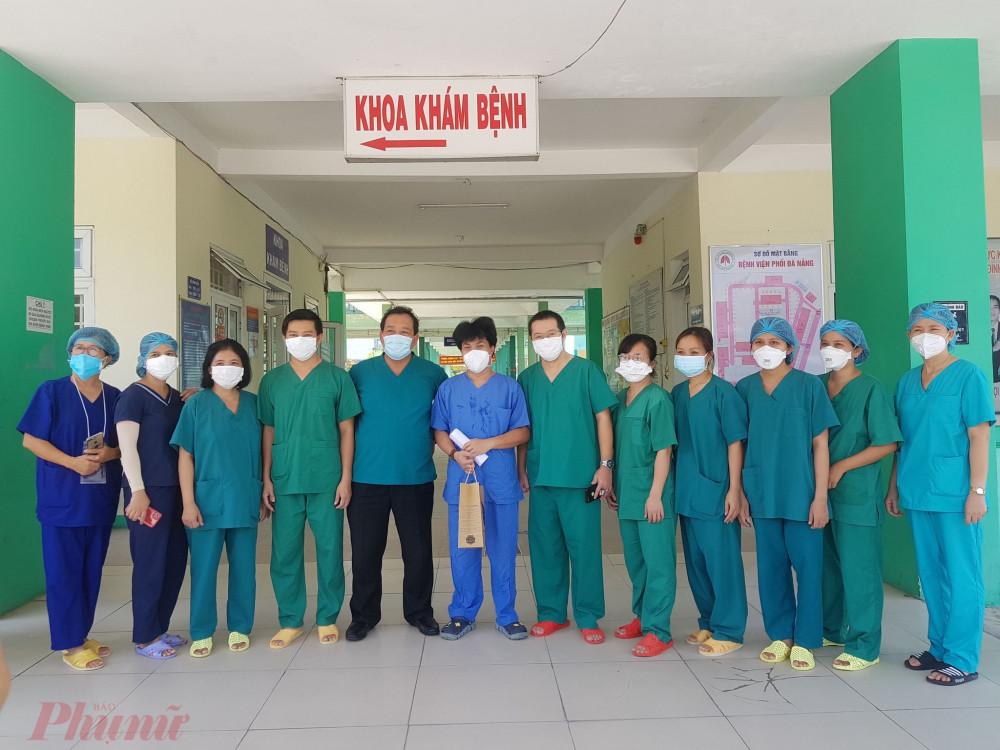 5 bệnh nhân COVID-19 khỏi bệnh được Bệnh viện Phổi Đà Nẵng cho xuất viện sáng 4/9