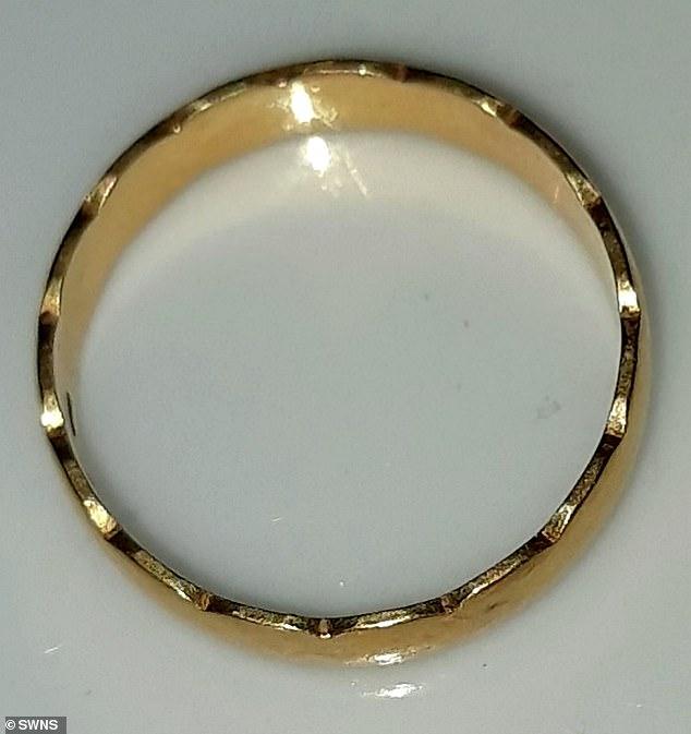 Chiếc nhẫn cưới bằng vàng 18 cara này đã trốn khỏi ngón tay của bà Walter khi bà đang chơi bóng ném cùng cậu con trai nhỏ ở trong vườn nhà cách đây gần 40 năm