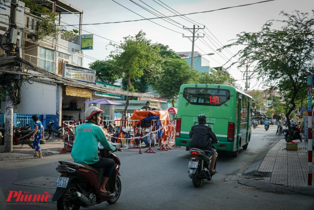 Ở những đoạn đường nhỏ, một chiếc xe buýt đã chắn hết lối đi của các phương tiện giao thông còn lại