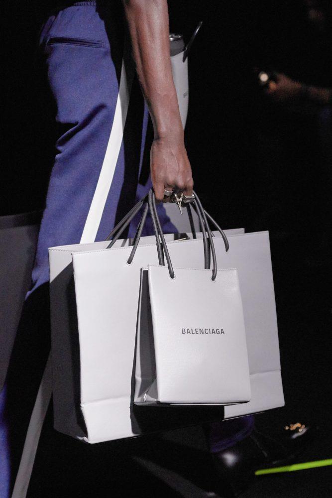Nhắc đến những chiếc túi hiệu quái đản phải kể đến Balenciaga. Trong ảnh là một chiếc túi trông y hệt túi giấy đi chợ, nhưng thực chất được làm bằng da bê và có già khoàng 2.000 USD (khoảng 46 triệu VNĐ).