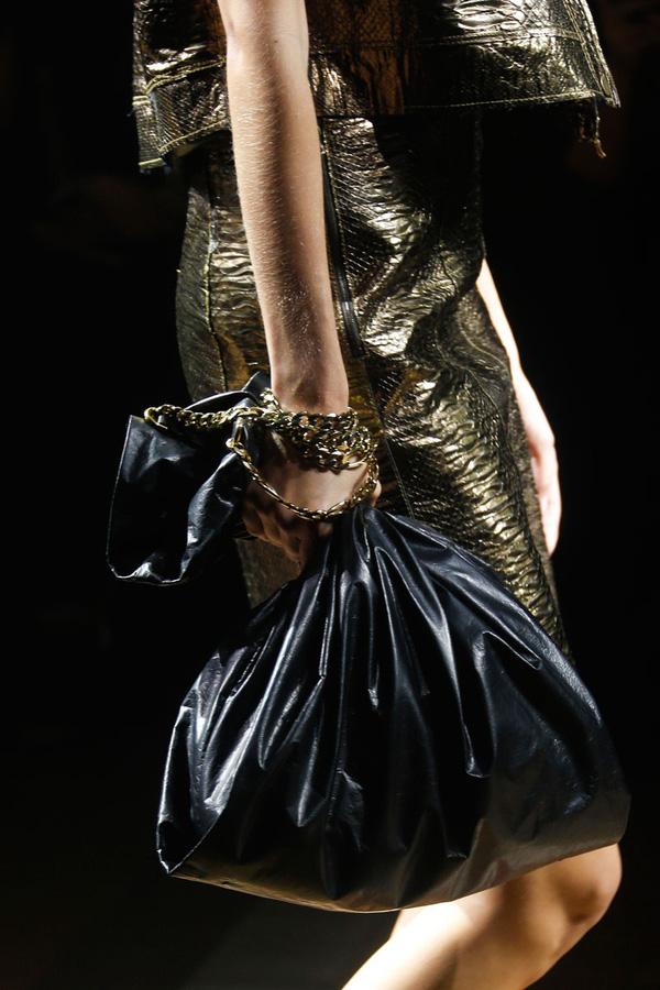 BST Xuân Hè 2014 của Lanvin từng được đánh giá cao bởi sự sáng tạo độc đáo. Tuy nhiên, một món phụ kiện đã khiến giới thời trang xôn xao khi có hình thù y hệt túi đựng rác. Chúng được bán với giá hơn 30 triệu VNĐ.