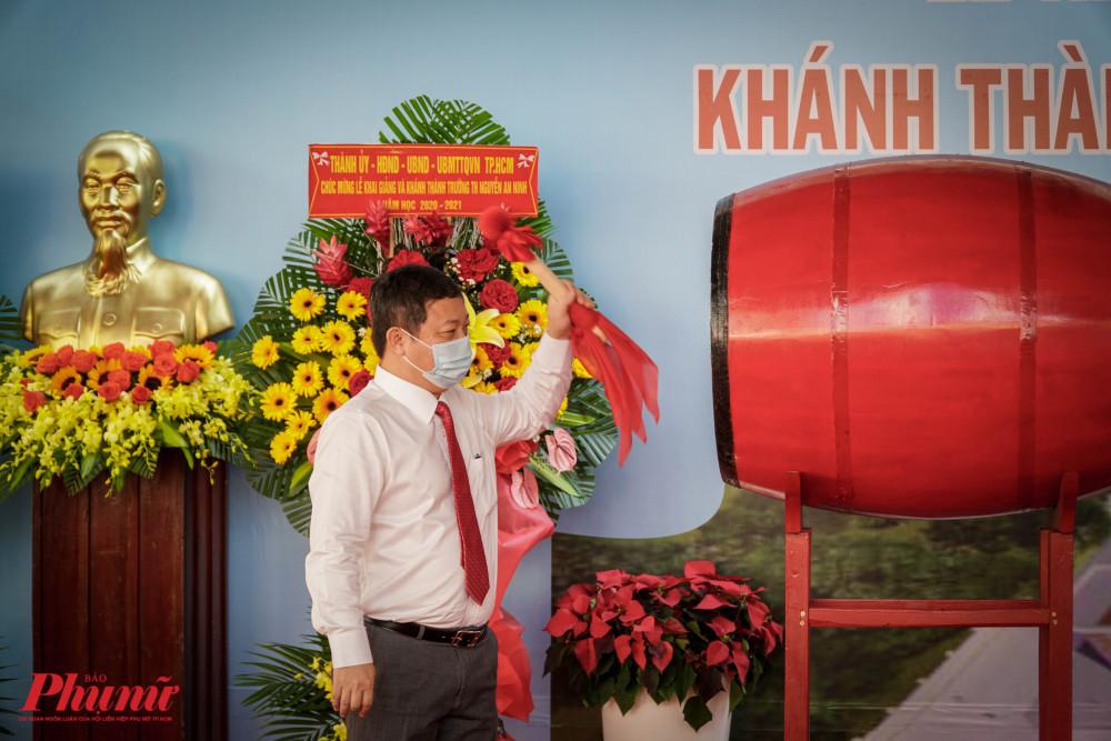 ông Dương Anh Đức – Phó Chủ tịch UBND TPHCM đánh trống khai giảng năm học 2020 - 2021 tại trường tiểu học Nguyễn An Ninh