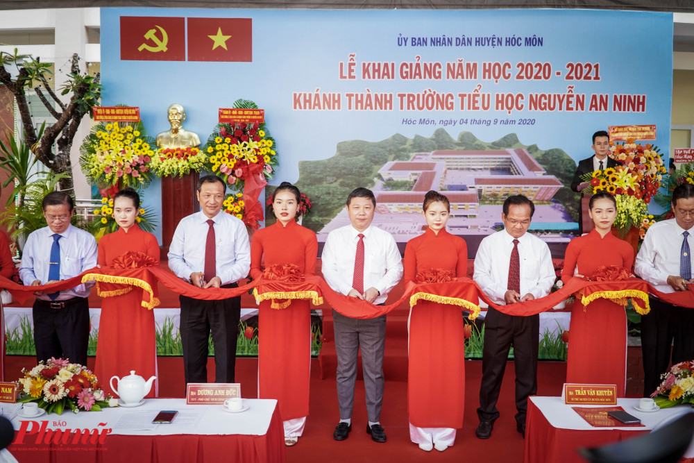Nghi thức cắt băng khánh thành trường tiểu học Nguyễn An Ninh