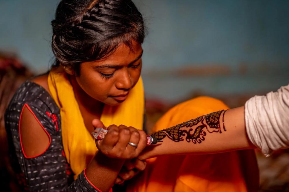 Ruby đang vẽ hình Henna