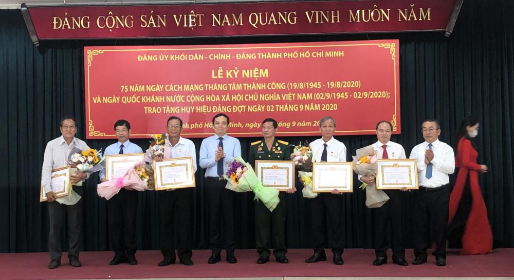 Các đảng viên nhận Huy hiệu 40 năm tuổi Đảng sáng 4/9. Ảnh: Quốc Ngọc