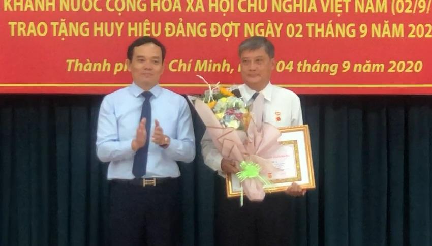 Ông Trần Lưu Quang - Phó Bí thư thường trực Thành ủy TPHCM - trao Huy hiệu 45 năm tuổi Đảng cho ông Nguyễn Văn Đua - nguyên Phó bí thư trường trực Thành uỷ TPHCM. Ảnh: Quốc Ngọc