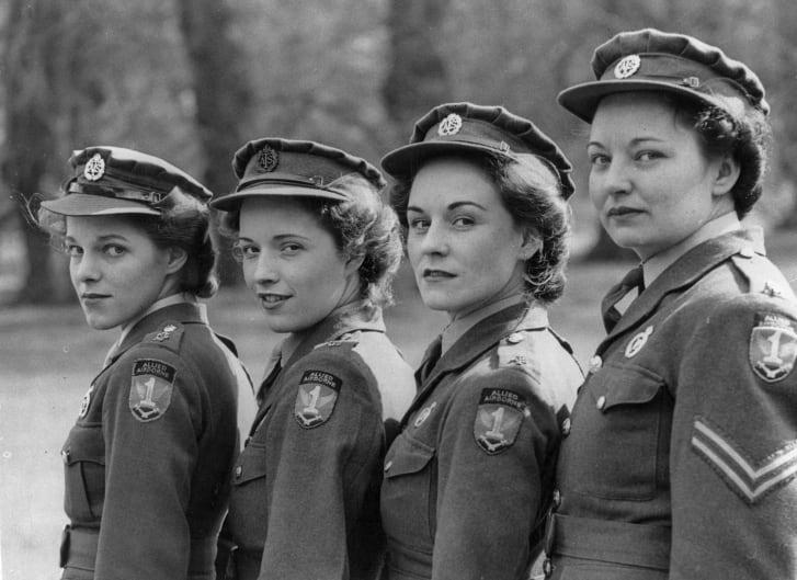 Bốn nhân viên tổng đầi 1945