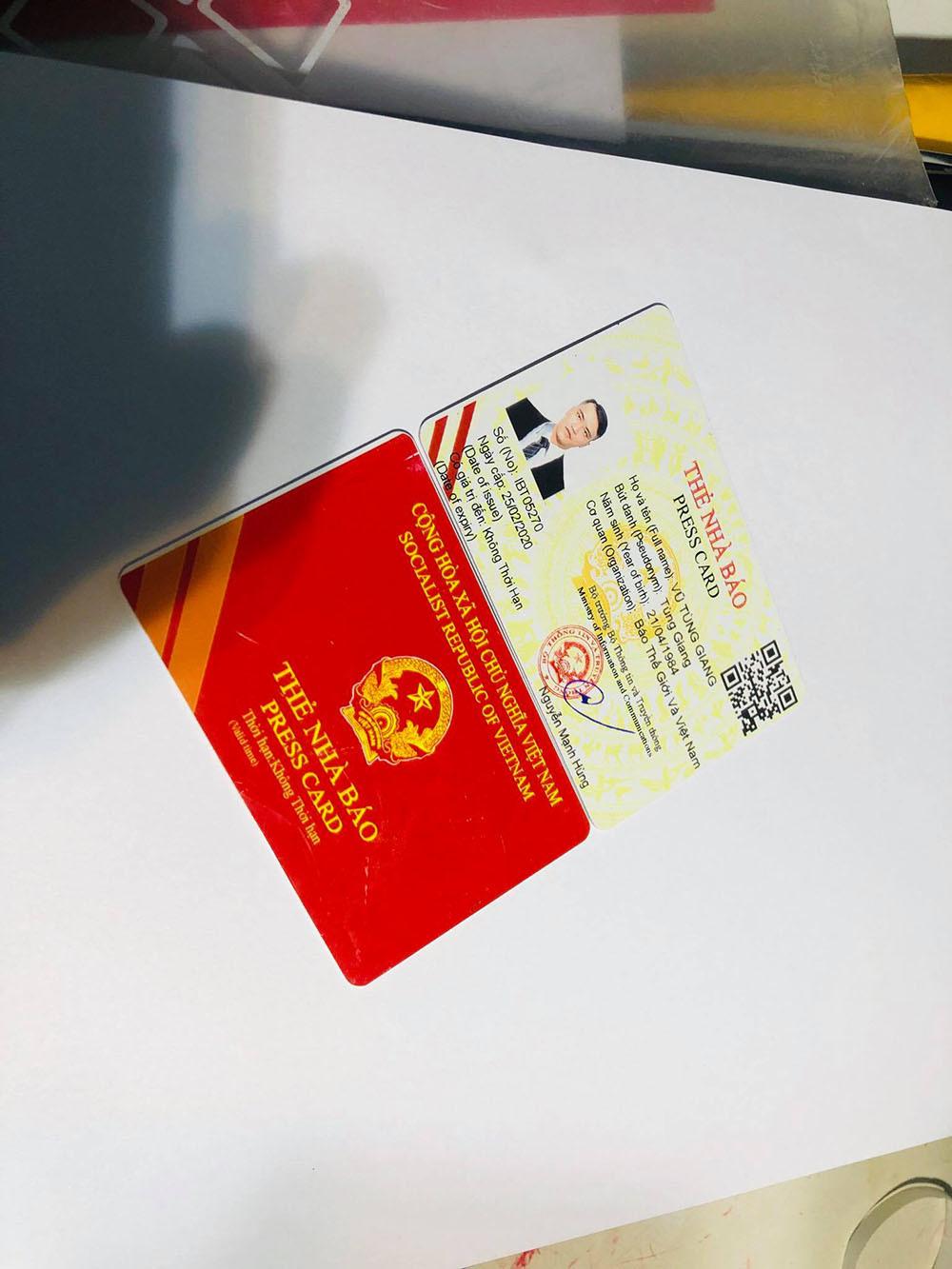 Thẻ nhà báo như thật được thu giữ