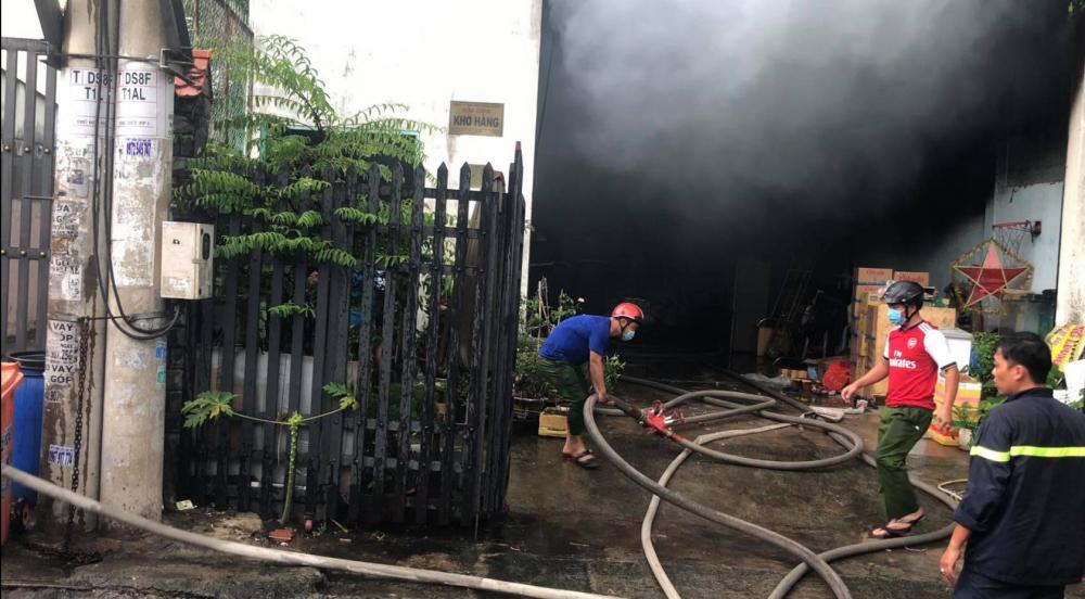 Lực lượng chức năng chữa cháy ở hiện trường