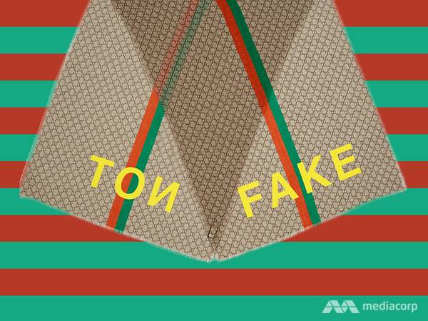 Chiếc khăn choàng cổ với chữ Fake Not được in đối xứng ở hai đầu