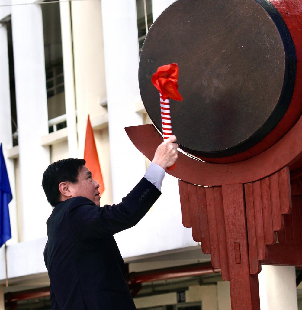Chủ tịch UBND TP.HCM Nguyễn Thành Phong đánh trống khai trường tại trường THPT Mạc Đĩnh Chi