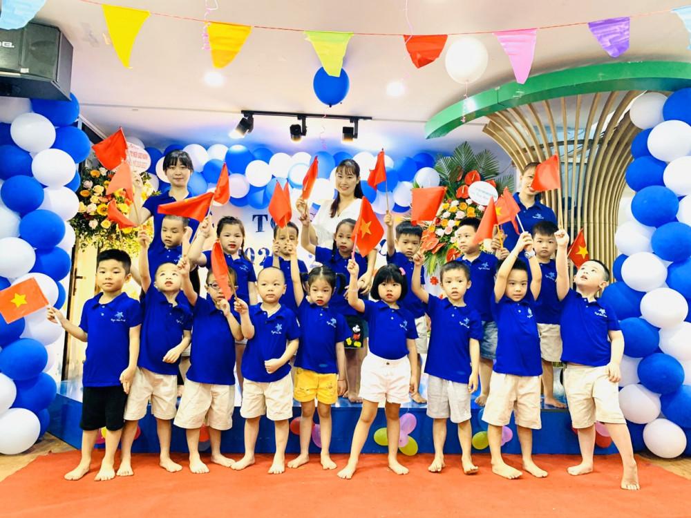 Học sinh trường Mầm non Ngôi Sao Xanh (quận Nam từ Liêm, Hà Nội dự lễ khai giảng trong lớp)
