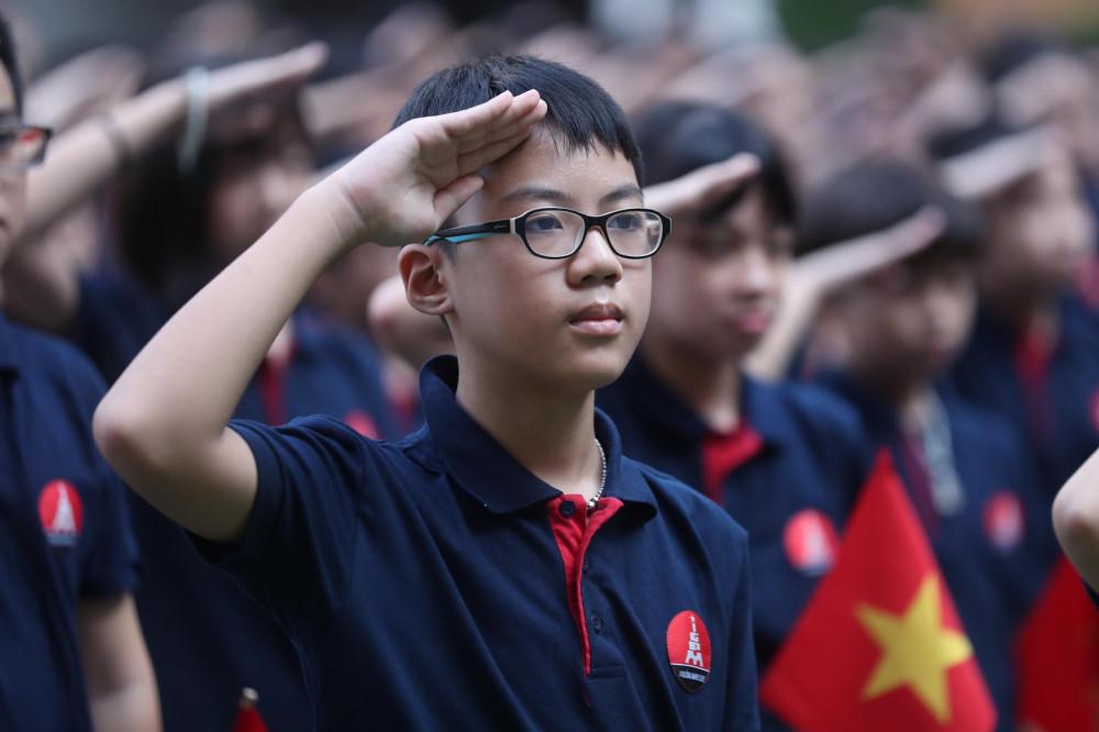 Có khoảng 400 học sinh khối 6 trường Marie Curie (Hà Nội) đại diện cho toàn thể học sinh toàn trường dự lễ khai giảng trực tiếp tại sân trường