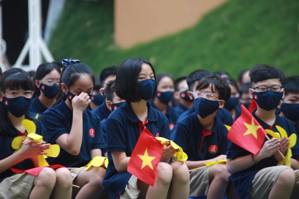 Học sinh trường Marie Curie tại lễ khai giảng với những chiếc khẩu trang