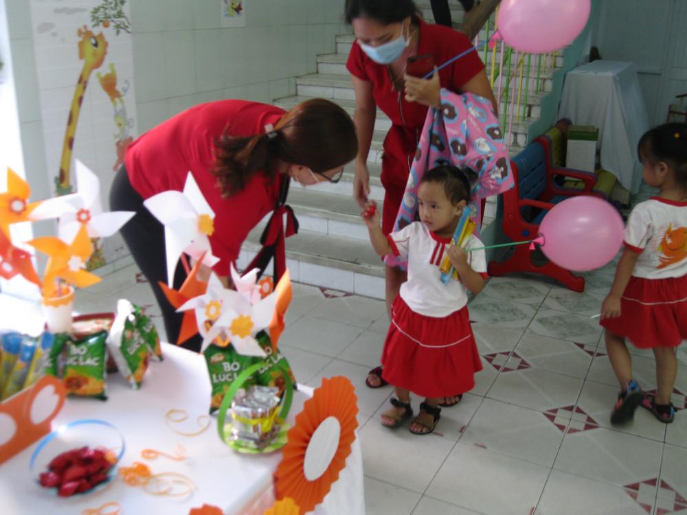 Nhiều phụ huynh tranh thủ buổi sáng đưa con đến trường để giúp con làm quen với trường học