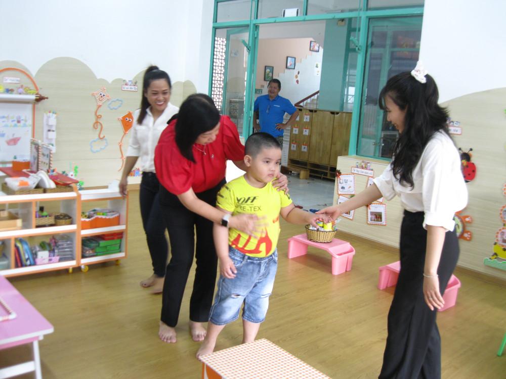 Cô hiệu trưởng cùng các giáo viên lớp Chồi đón bé, trấn an và dỗ dành các con