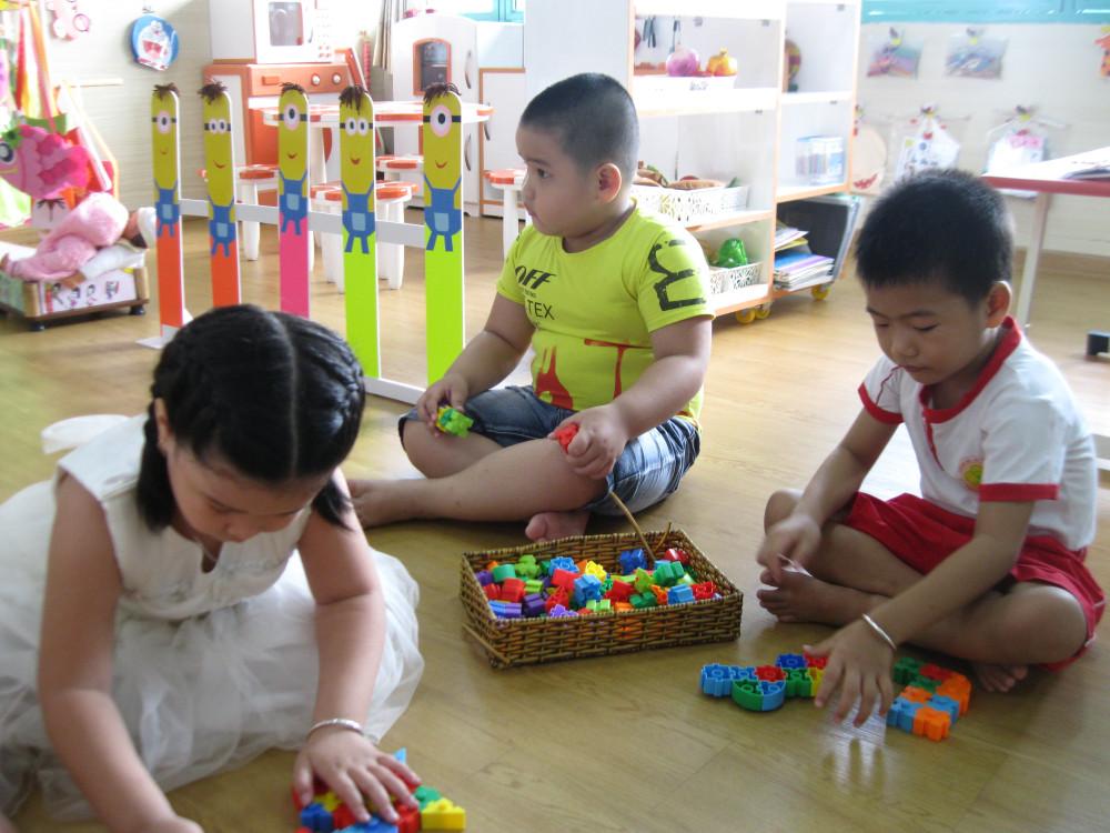 Các bé mẫu giáo thì tự tin, dạn dĩ hơn với trường học. Vừa vào đến lớp, các con đã thể hiện sở thích sáng tạo với những bộ đồ chơi xếp hình