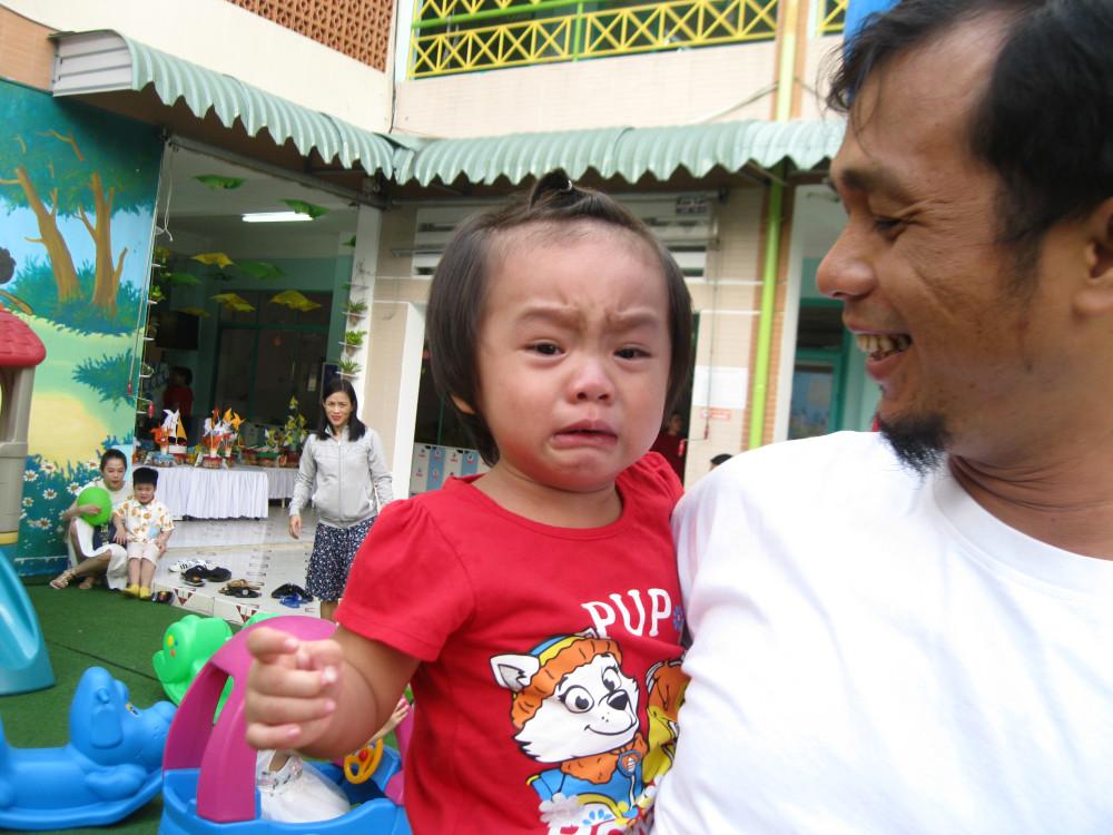 Bé Thiên An (lớp 19-24 tháng) bật khóc trong một phút không nhìn thấy ba mẹ