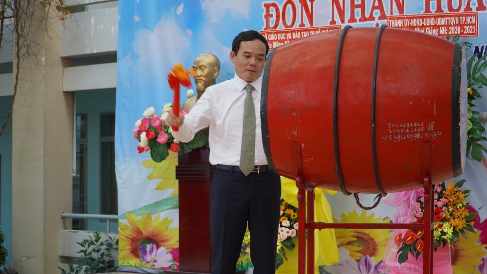 Ông Trần Lưu Quang, Phó Bí thư thường trực Thảnh uỷ TP.HCM đánh trống khai trường