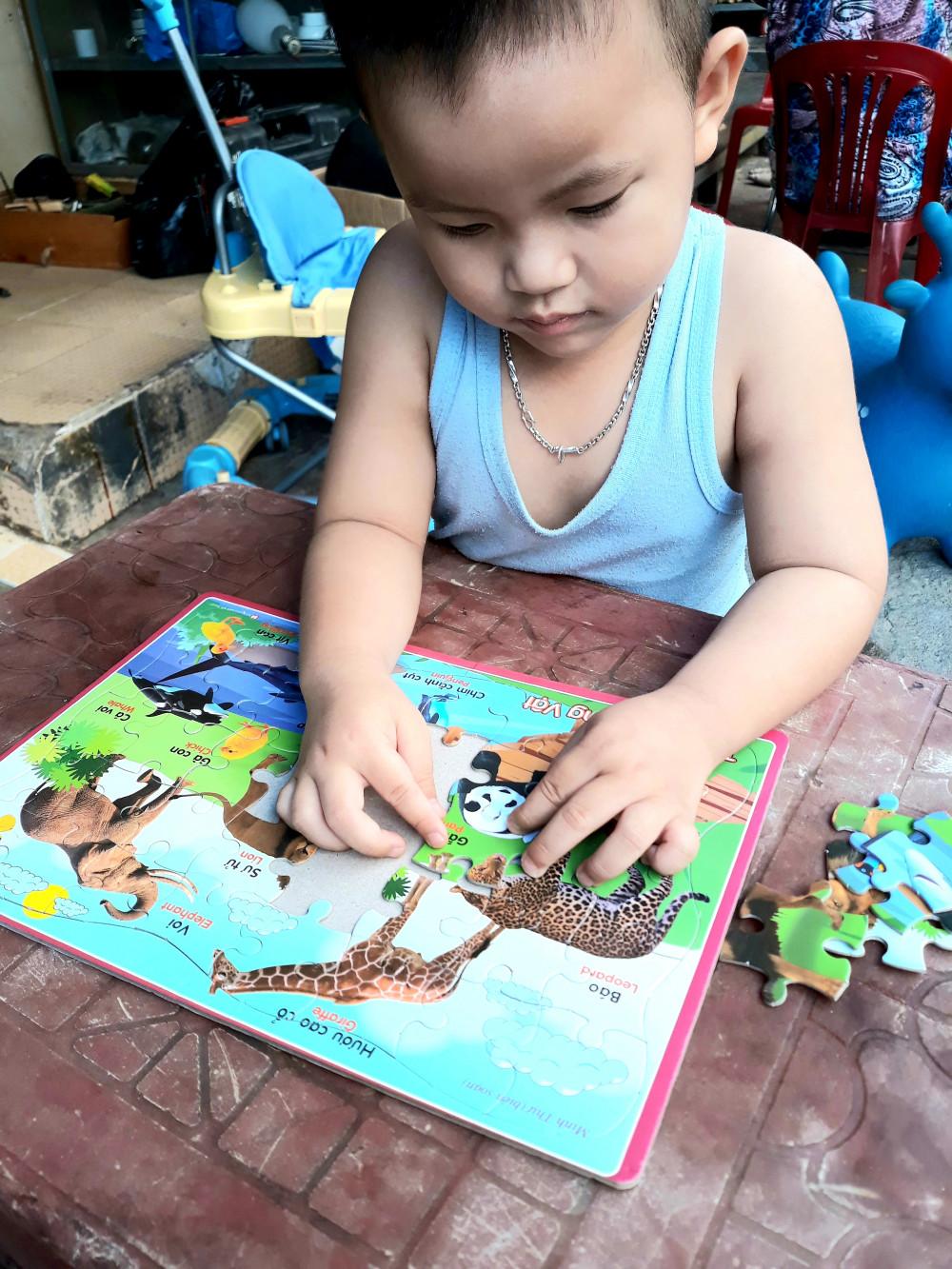 Vũ rất thích học Toán, tiếng Anh và say sưa trước các con vật (Ảnh nhân vật cung cấp)