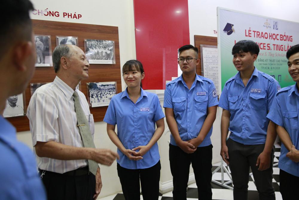 Ông Phan Chánh Dưỡng - Giám đốc Quỹ Lawrence S. Ting trò chuyện, động viên  các bạn sinh viên. Ảnh: Phú Mỹ Hưng cung cấp